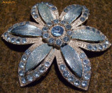 Brosa floare cu strasuri bleu