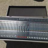 Mixer 32 canale cu flight case si sursa externa de alimentare.