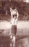 VEDERE  ROMANIA TANARA IN COSTUM NATIONAL;LA RAU...- VED 599