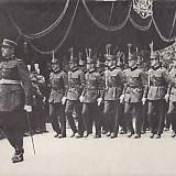 Fotografie URIASA pe carton 29x39 cm, DEFILAREA CU PRILEJUL AVANSARII LA GRADUL DE SUBLOCOTENENT A PROMOTIEI 1928, posibil reproducere din acea perioada - Fotografie veche