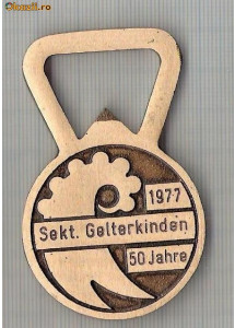 175 Breloc pentru colectionari -in forma de desfacator de bere -SMUV -FOMH -Elvetia (metalurgie, ceasornicarie?)