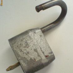 Lacat vechi, mare cu cheie. - Metal/Fonta