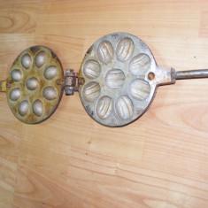 FORMA NUCI, PRAJITURI, VECHE, folosita si functionala, din aluminiu, pentru aragaz - Forma prajitura