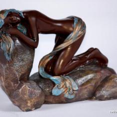 Statuteta nud cu esarfa pe stanca, model 2