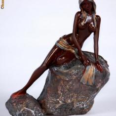 Statuteta nud cu esarfa pe stanca