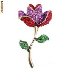 Frumoasa si eleganta brosa in forma de floare cu cristale