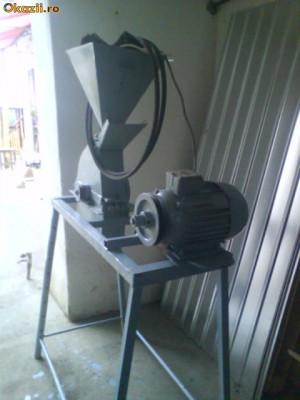 moara de macinat porumb foto