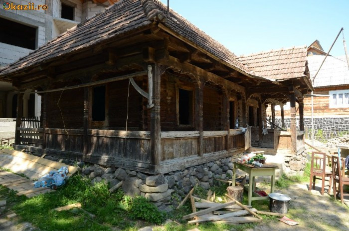 Vand casa veche din lemn masiv  ( stil maramuresean ) foto mare