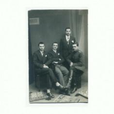 K FOTO 35 Militar cu prietenii in studio de epoca -necirculata - Fotografie