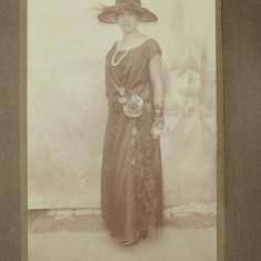 Fotografie veche de cabinet , Tanara in studio , sasi din zona Sibiu , 1923