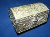 CASETA ANTICA BIJUTERII,CUTIE BIJUTERII FOARTE VECHE pentru bijuterii ,ARGINTATA,CUTIE MASIVA,INTARSII IN RELIEF