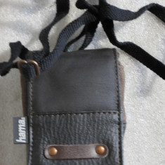 1165plu Geanta aparat foto camera bag Hama Digital cu insertie de piele cu buzunar accesorii si snur de umar dimensiuni interioare 100x65x35mm, Maro