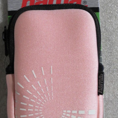CS31 Husa aparat foto geanta Hama Fancy Neopren Pink camera bag photo Circle 60c dimensiuni interioare 75x15x110mm cu locas de card