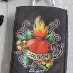 1158plu Geanta aparat foto camera bag Hama Tatoo Heart Passion cu 2 buzunare accesorii si snur de umar dimensiuni interioare 70x25x115mm