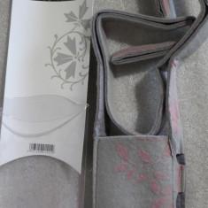 1162plu Geanta aparat foto camera bag Hama Naturelle cu motive lila din material gen molton si snur de umar dimensiuni interioare 65x25x115mm