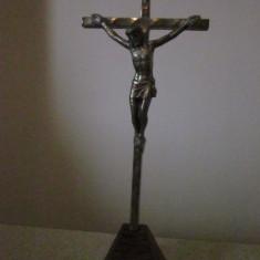 Crucifix vechi din metal cu Isus rastignit pe postament din lemn