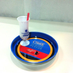 "Tava metalica pentru servire ""Bandeja""/ Bonus - Pahar din plastic cu picior"