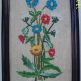 Tablou cusut pe canafas, reprezentand un buchet de flori, inramat, din anii 1960 - Tapiterie Goblen