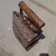 Fier de calcat cu carbuni