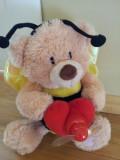 Ursulet de plus imbracat in albinuta, cu o elice care se invarte, ca nou