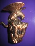 Bricheta de birou in metal bronzuit- Vultur atacand sarpele2, 11/ 10 cm.