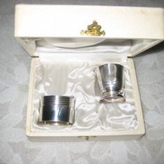 257A-Set pahar cu stativ de servetele vechi metal argintat in cutie originala.
