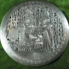 PLATOU DIN ARGINT - DECOR MOTIVE DIN ANTICHITATEA EGIPTEANA - MARCAJ EGIPT - DIAM 18 CM - GREUTATEA 148 GRAME