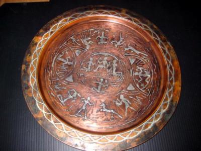 Tava veche din arama cu insertie de argint cu motive antice egiptene foto