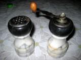 Set condiment din marmura, rasnita h- 13 cm, d- 6 cm, solnita 11_5.5 cm, stare buna.