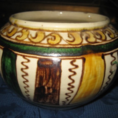 Bol rustic din ceramica cu modele, inaltime 18 cm, latime 13 cm, stare buna.