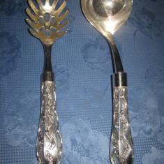 Set pentru mancaruri din metal argintat cu model deosebit
