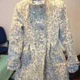 Palton dama, cambrat, alb cu imprimeu negru, purtat o singura data fara defecte, marime 36/s