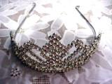 Splendida Coronita metalica cu pietricele albe