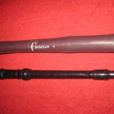 Fluier Ariel din plastic gros in husa Fuzeau, marime 33 cm, stare buna, functional.