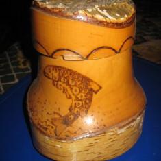 Cana mare rustica decorativa din lemn cu capac si peste pirogravat