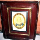 Tablou mic vechi cu foto avand rama mica visinie cu bordura interioara aurie si foto fetita de epoca - Pictor roman