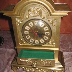 Splendid ceas de masa din metal bronzuit in stil Baroc functional.