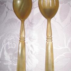 Set de tacamuri din plastic antichizat vechi de 1 persoana, lingura si furculita