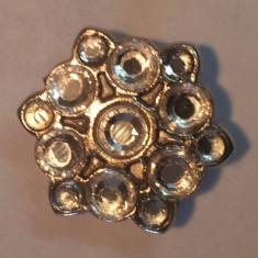 Un buton tip bijuterie - Butoni