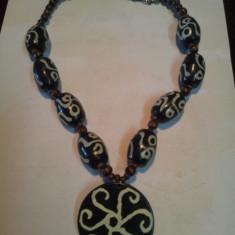 Lantisor handmade cu bilute de lemn de diferite marimi - Colier fashion