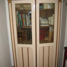 Biblioteca de lemn cu usi de sticla si polite reglabile - Biblioteca living