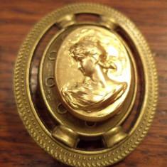 Brosa scut de bronz cu cabochon stil neoclasic aurit