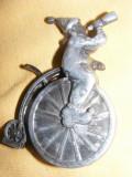 BRICHETA VECHE DE COLECTIE,BRICHETA JONGLER -SALTIMBAC pe bicicleta,BRICHETA MARE in relief