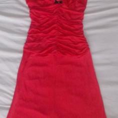 Rochie noua firma GUESS by MARCIANO, rosie, este putin peste genunchi, marimea S - Rochie de seara Guess by Marciano, Marime: 40, Culoare: Rosu, Midi, Cu bretele