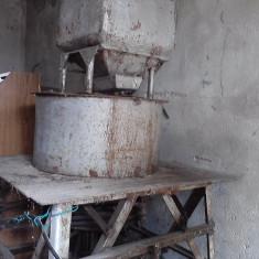 Vand Moara de porumb cu piatra