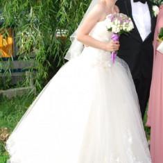 Rochie de mireasa Angel Wellove tip printesa, cu broderie, flori si mici strasuri (crinolina si voal scurt incluse), Rochii scurte de mireasa