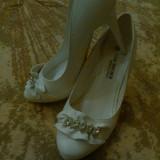 Pantofi albi cu toc, marime 35 - Pantof dama