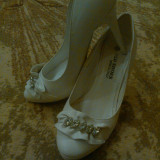 Pantofi albi cu toc, marime 35