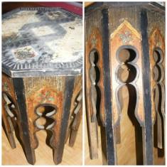 Masuta octogonala din lemn sculptata si pictata manual cu o vechime de aproximativ 100 ani., piesa rara de colectie, MASA ANTICA