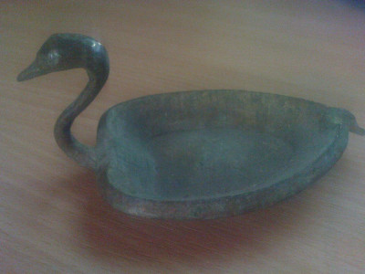 scrumiera  veche din cupru ii forma de lebada foto